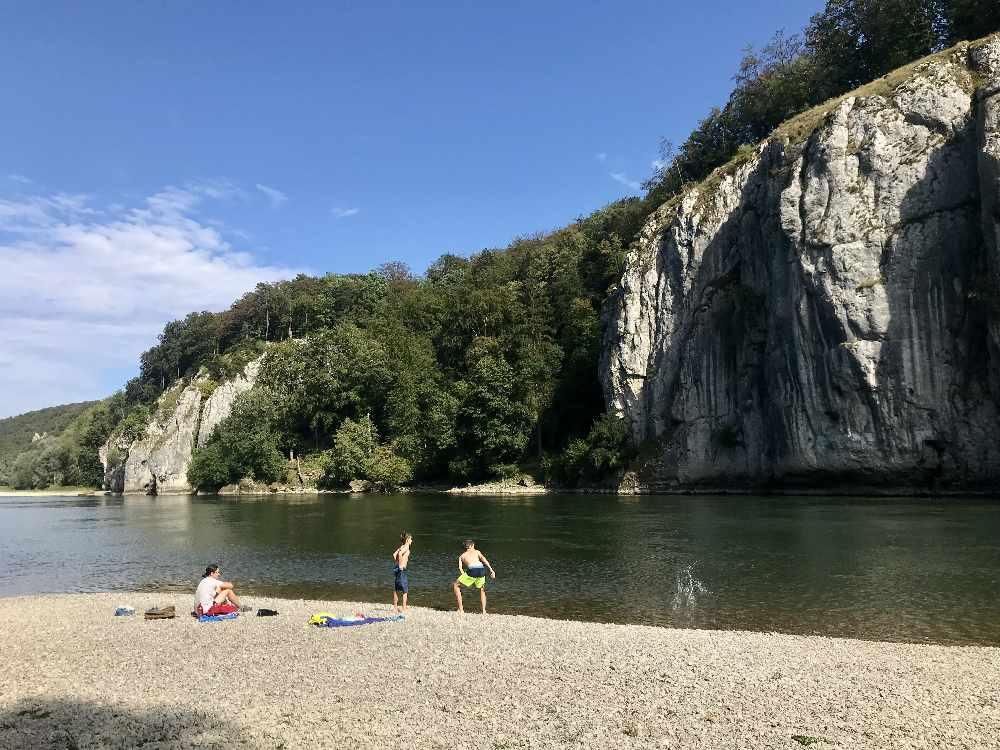 Hinter der Enge, Richtung Kelheim: Die schönen Kiesstrände beim Donaudurchbruch in Bayern