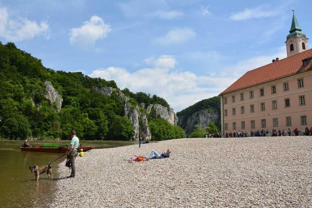 Kloster Weltenburg steht auf einer kleinen Halbinserl: Schön es zum Sitzen am Kiesstrand an der Donau
