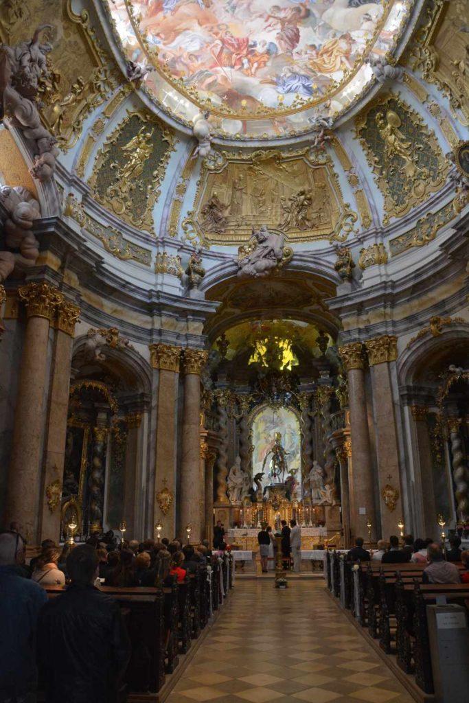 Der Blick in die Barockkirche - bei einer Hochzeit
