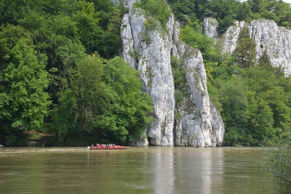 Weltenburger Enge - die großen Felsen am Donaudurchbruch stehen im krassen Gegensatz zum kleinen Boot
