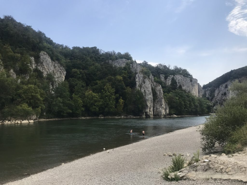 Donaudurchbruch schwimmen - der Einstieg beim Kloster Weltenburg. Mit der Strömung geht´s dann durch die Weltenburger Enge