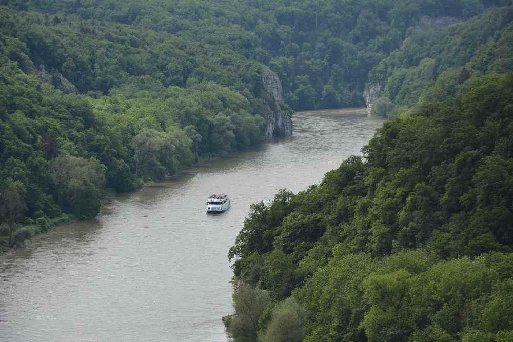 Das auf der Donau - dahinter der Donaudurchbruch, die Weltenburger Enge