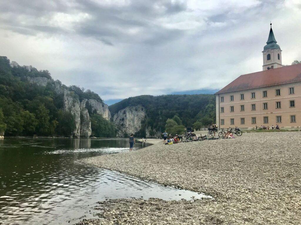 Donaudurchbruch Weltenburg: Bekanntes Kloster Weltenburg – nutz den schönen Kiesstrand unbedingt für eine Pause