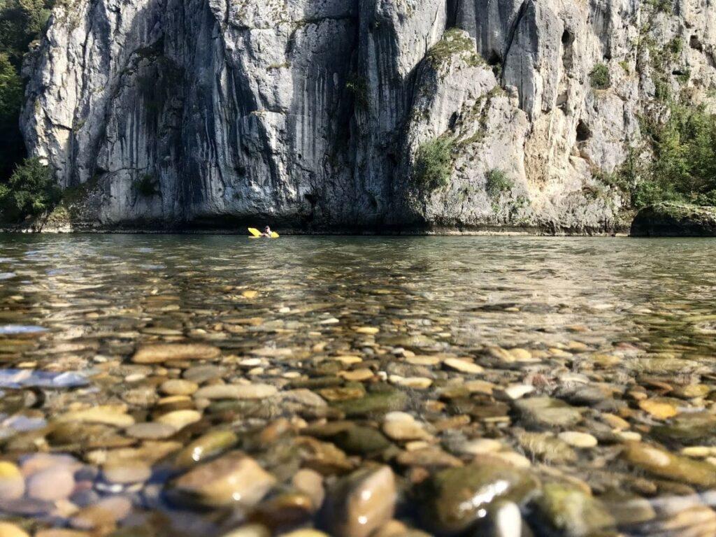 Traumhaft schön - das glasklare Wasser der Donau mit den Felsen am Donaudurchbruch
